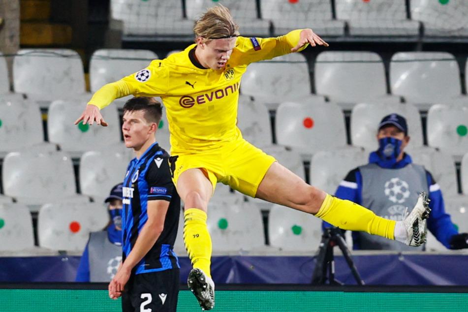 Akrobatischer Jubel! Erling Haaland freut sich auf seine ganz eigene Weise über seinen Treffer zum 2:0 für den BVB.