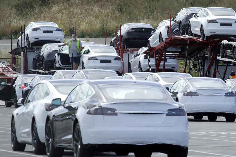 Neue Autos von Tesla werden im Tesla-Elektroautowerk auf einen Transporter geladen.