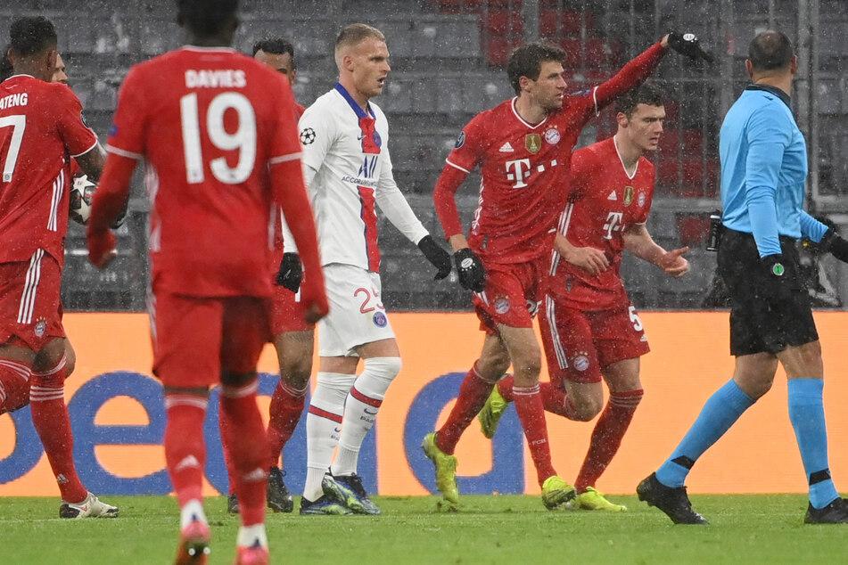 Thomas Müller (3.v.r.) konnte zwar für den FC Bayern München den 2:2-Ausgleich erzielen, am Ende hatte jedoch Paris Saint-Germain die Nase vorn.