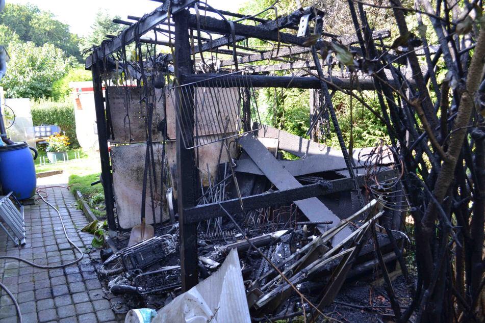 Zwei E-Bikes samt Unterstand gingen in Hoyerswerda in Flammen auf.