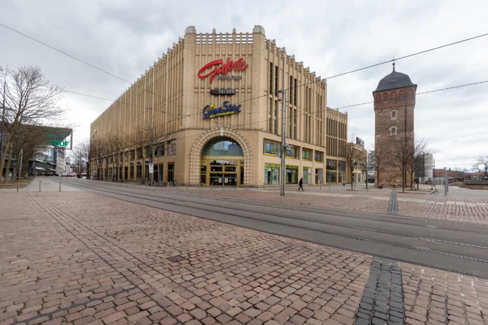 Keine verlassene Westernstadt, sondern das Chemnitzer Zentrum: An der Galerie Roter Turm tummelte sich Samstagmittag niemand.