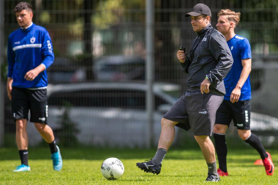 Benedetto Muzzicato (42, M.) beim Training mit seinen Spielern. Der Coach von Viktoria Berlin hat einen konkreten Zeitplan für den Aufstieg in die 2. Bundesliga angedeutet.