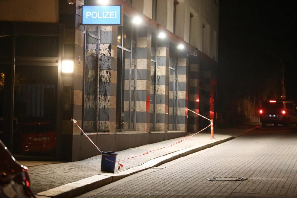 Am Freitagabend gab es zunächst einen Farbanschlag auf den Polizeiposten in Connewitz.