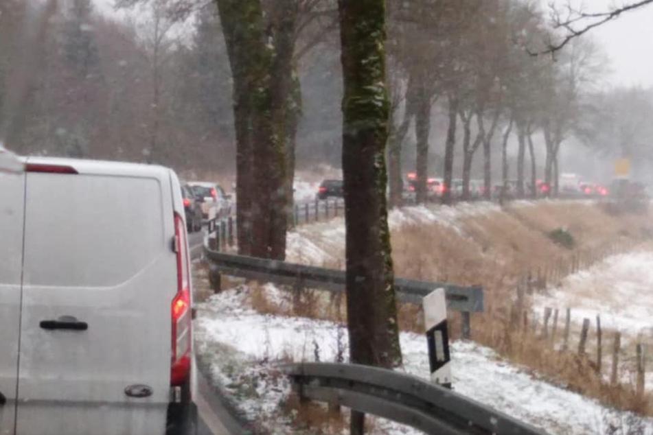 Die Stadt Winterberg hat bei Facebook das Foto eines langen Staus geteilt. Der beliebte Wintersportort war am Sonntag stark überlaufen.
