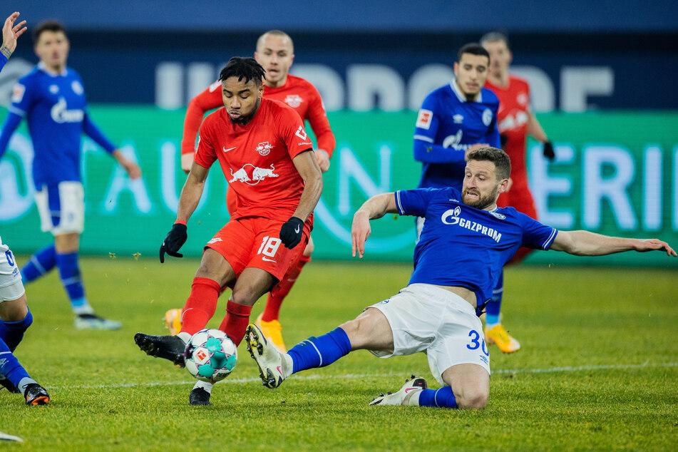 Schalkes Neuzugang Shkodran Mustafi (r., hier gegen RB Leipzigs Christopher Nkunku) hatte bei seinem Bundesliga-Debüt jede Menge zu tun, war am 0:1 aber mitbeteiligt.
