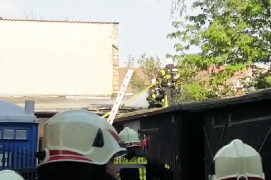Die Kameraden erklommen zum Löschen das Dach der Garagenbaude.