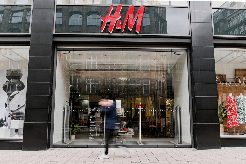 Ein Mann läuft vor dem geschlossenen Eingang eines Kaufhauses der Modekette H&M in der Innenstadt von Hamburg entlang.