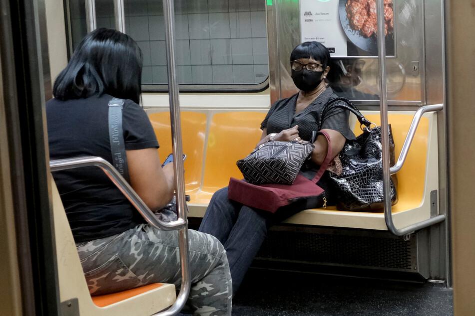 Die Mund-Nasen-Bedeckung bleibt in den USA noch monatelang in öffentlichen Verkehrsmitteln erhalten.