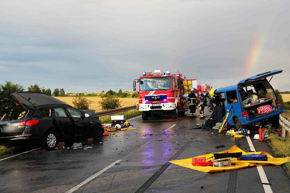 Beide Fahrzeuge wurden nach der Kollision gegen Leitplanken geschleudert.