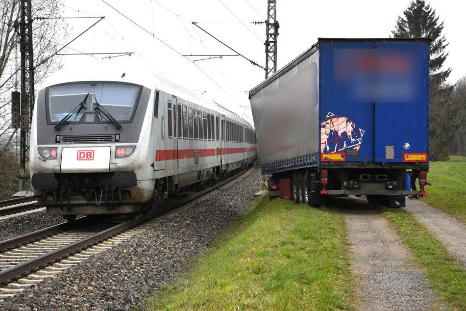 Nur wenige Meter trennen den Sattelzug von den Schienen.