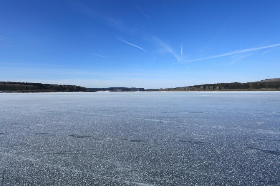 Das vermeintlich dicke Eis eines Flusses brachte einer Familie den Tod. (Symbolbild)