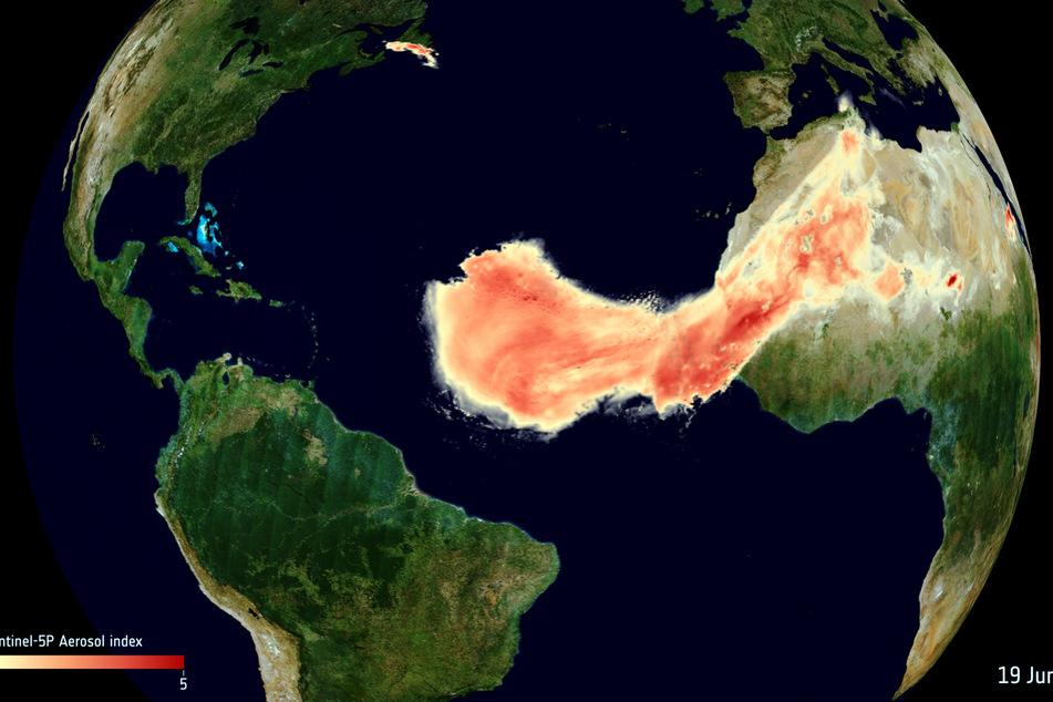 Daten von Erdbeobachtungssatelliten zeigen die ungewöhnliche Ausdehnung einer Wolke aus Sahara-Staub bei ihrer Reise über den Atlantik.
