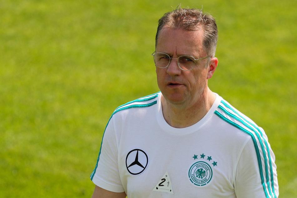 Der DFB-Teamarzt Tim Meyer geht beim Mannschaftstraining auf dem Trainingsgelände am Sportzentrum Rungg über den Platz.