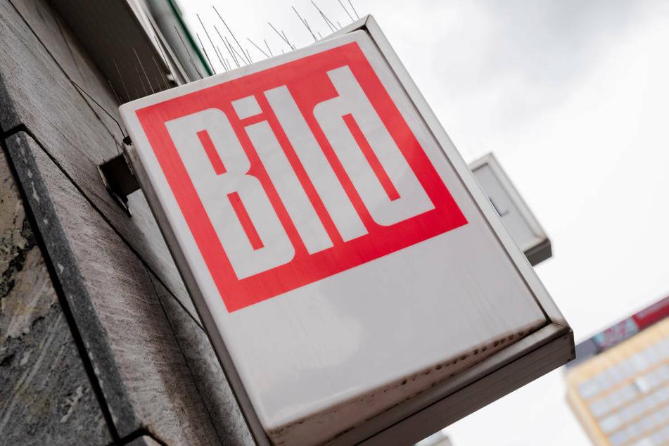 """Das """"Bild""""-Logo ist vor dem Axel-Springer-Hochhaus an einem Kiosk in Berlin zu sehen. Weil Annalena Baerbock ein Interview ablehnte, hat die """"Bild am Sonntag"""" eine leere Seite veröffentlicht."""