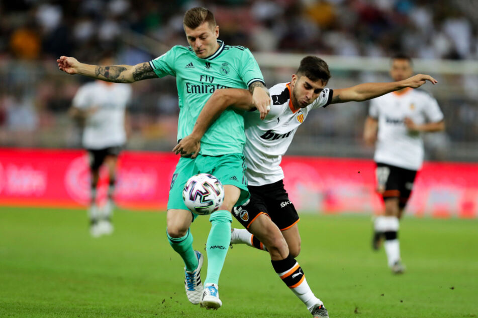 Ferran Torres (r.) avancierte in dieser Saison zum Stammspieler beim FC Valencia. Hier kämpft er mit Toni Kroos von Real Madrid um den Ball.