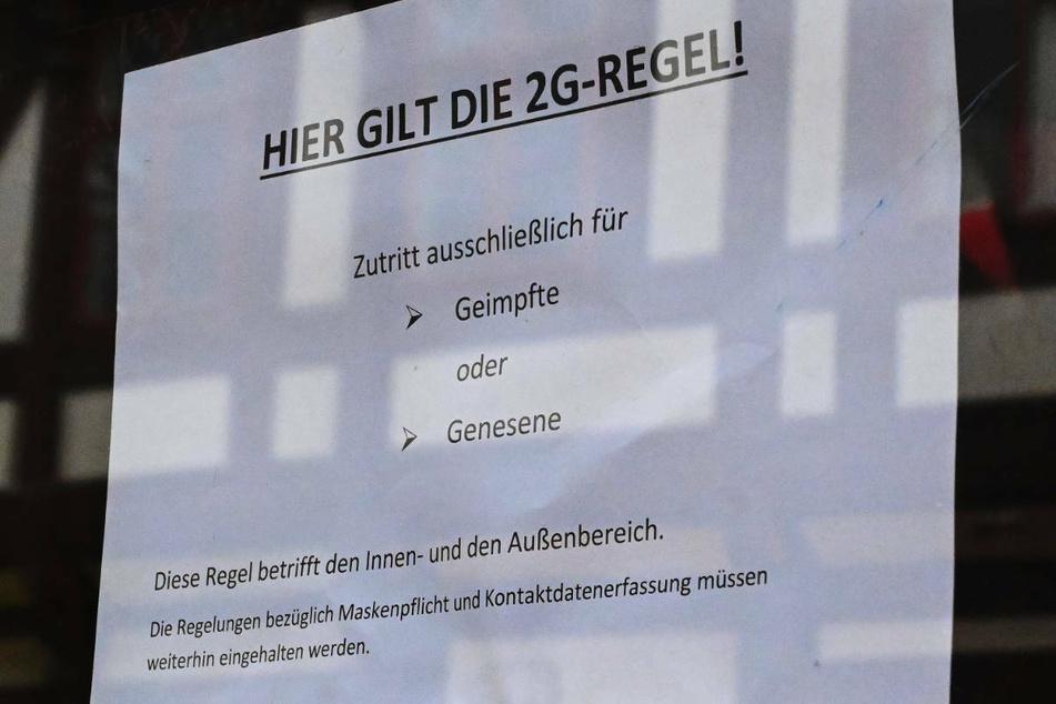 Ein Hinweis auf die 2G-Regel hängt im Fenster eines Cafés. Berlin will den Beschluss des Optionsmodells nun doch um eine Ausnahme für Kinder unter zwölf Jahren erweitern. (Symbolfoto)