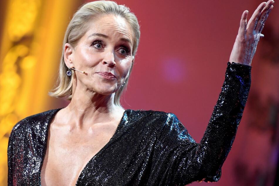 """Sharon Stone steht bei der Preisverleihung der """"GQ Men of the Year Awards 2019"""" in Berlin auf der Bühne."""