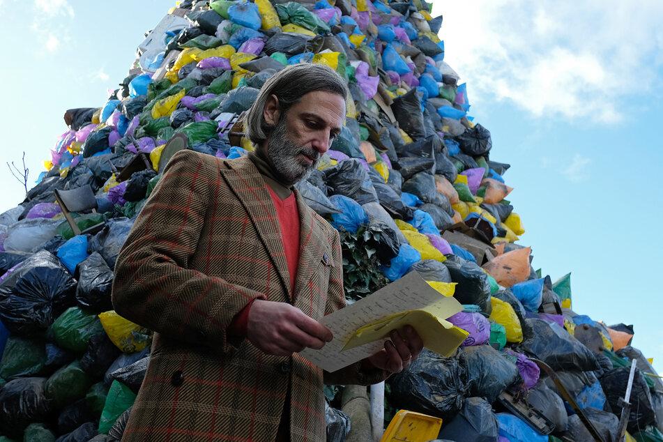 Ángel Sanagustin (Ernesto Alterio) erhält einen Brief, in dem eine Frau die dramatische Geschichte ihres Bruders Martín Urales de Úbeda wiedergibt.