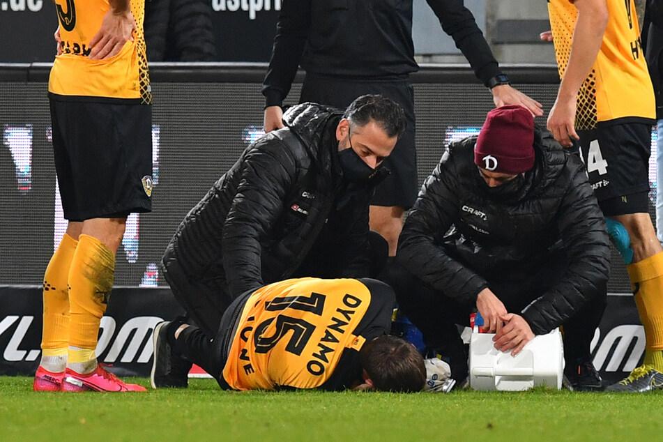 Chris Löwe (31, liegend) verletzte sich bereits im Oktober, es dürfte trotzdem noch lange dauern, bis er wieder für Dynamo Dresden auf dem Platz stehen kann.