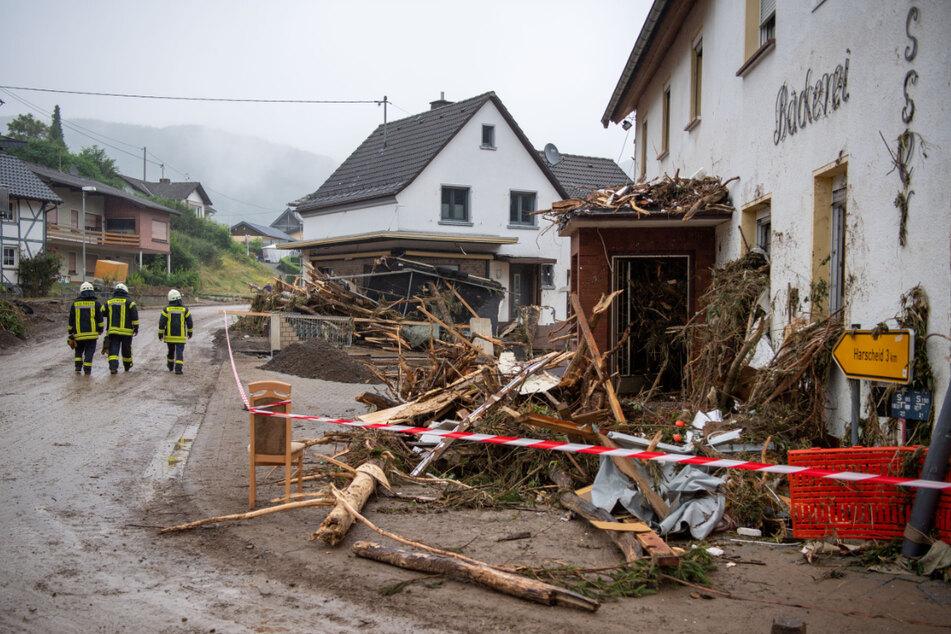 Feuerwehrleute gehen durch den verwüsteten Ortskern von Schuld in Rheinland-Pfalz. Nach dem verheerenden Unwetter hat Thüringen Hochwasserhilfe in das gebeutelte Bundesland geschickt.