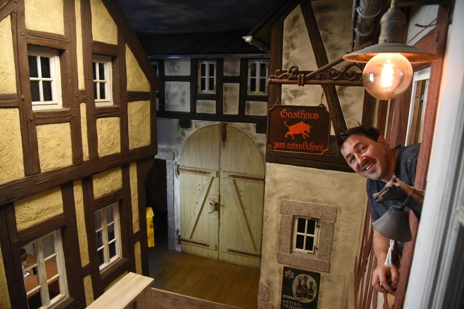 """Einkehr im Mittelalter-Dorf: Gastwirt Silvio Kuhnert (51) präsentiert sein neues Restaurant """"Zeitsprung""""."""
