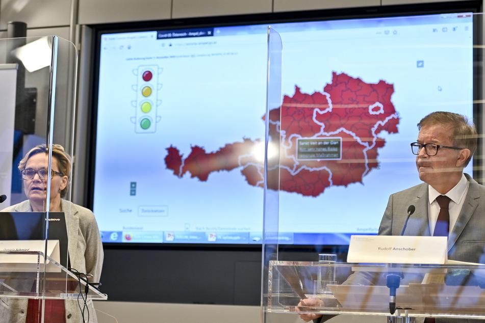 """Rudolf Anschober (Die Grüne, r.), Gesundheitsminister von Österreich, und Daniela Schmid, Sprecherin der Ampelkomission, nehmen an der Pressekonferenz """"Aktuelle Lage und erste Bilanz nach erneutem Lockdown in Österreich"""" teil."""
