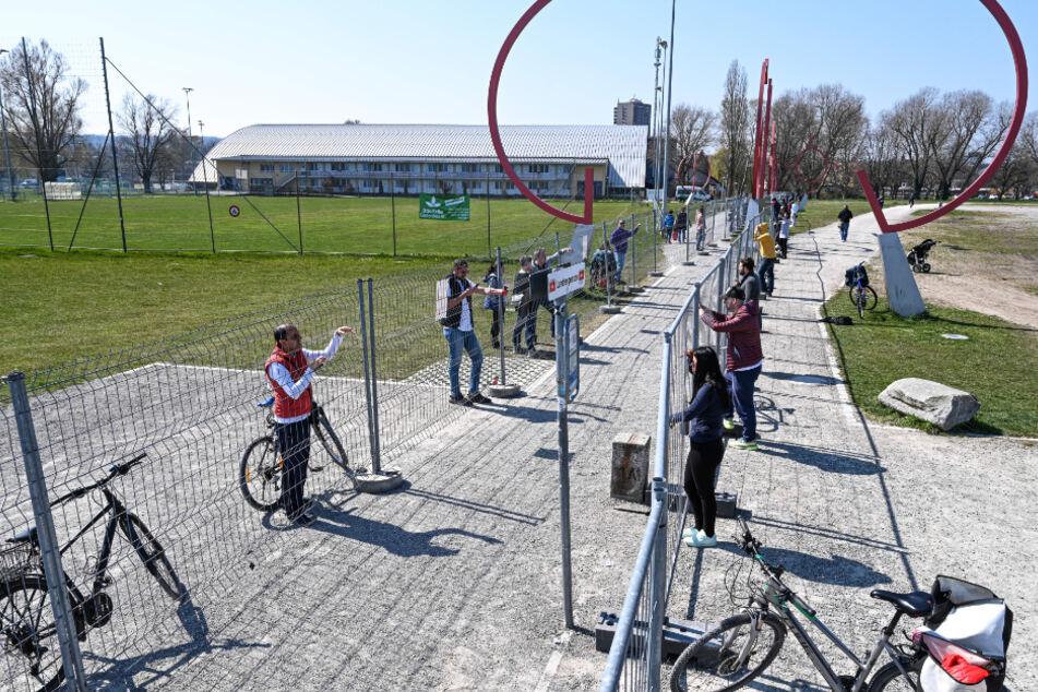 Weitere Absperrung: Paare an der Deutsch-Schweizer Grenze auf Distanz