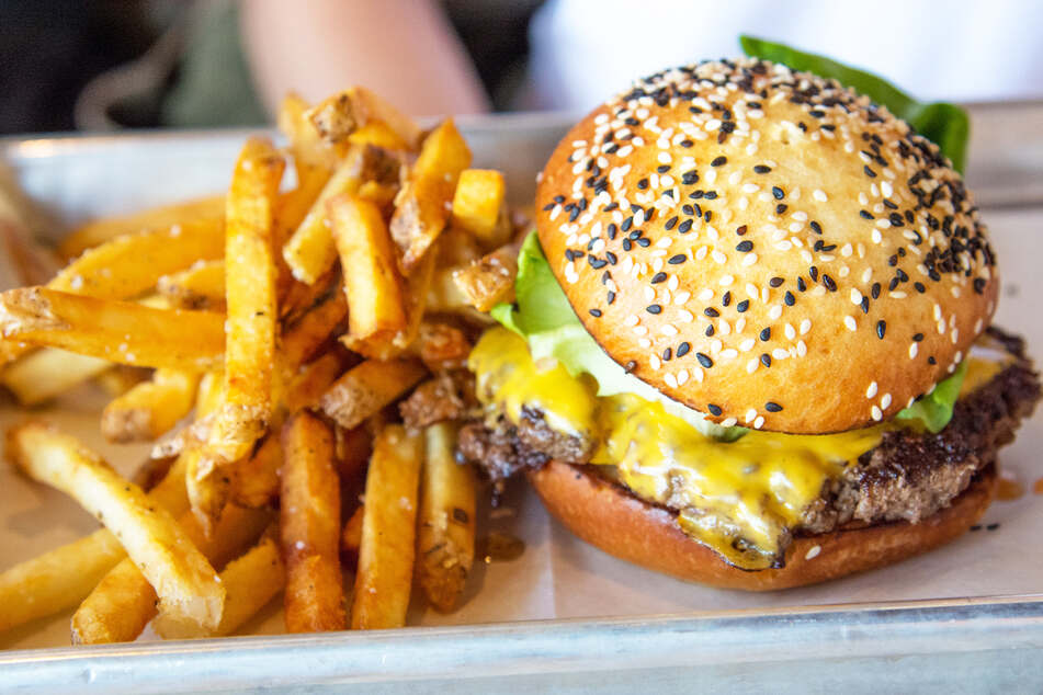 Burger kostet fast 90 Euro, die Pommes extra!