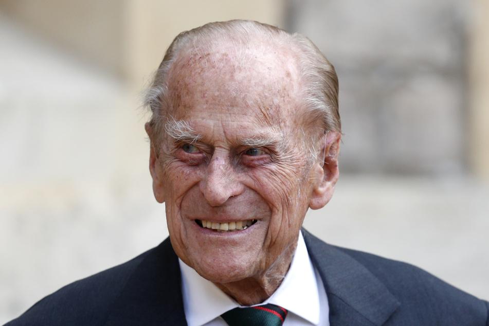 Prinz Philip (99), Herzog von Edinburgh, lächelt vor dem Schloss Windsor.
