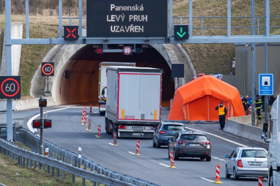Ein Zelt ist vor einem Tunnel auf der Autobahn D8 Dresden - Prag aufgebaut.