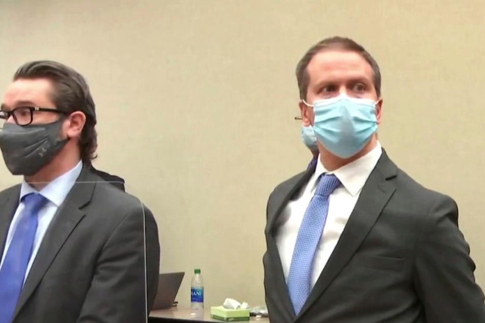 Der Angeklagte, der ehemalige Polizeibeamte Derek Chauvin (45, r), steht im Gerichtsaal nachdem das Urteil verlesen wurde.
