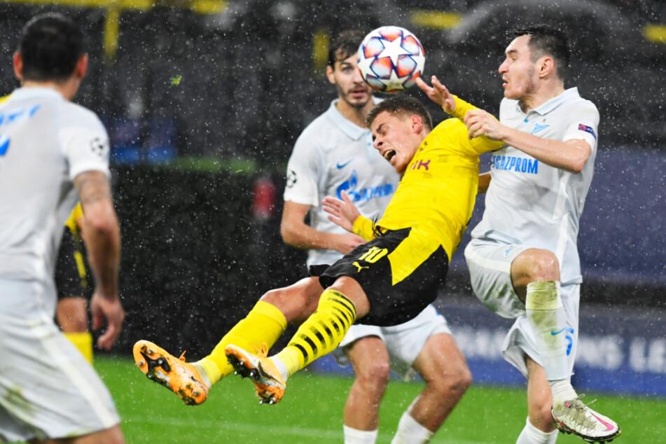 Zenits Verteidiger Vyacheslav Karavaev (r.) riss den eingewechselten Thorgan Hazard zu Boden - Elfmeter!
