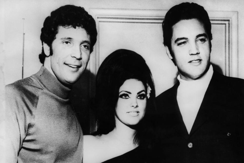 """""""Tiger"""" Tom Jones (80,l), Rock'n'Roll-Star Elvis Presley (†42,r) und dessen Frau Priscilla (heute 75), aufgenommen am 1. April 1968 in Las Vegas. Der britische Popsänger begann seine musikalische Karriere 1963. Ursprünglich war er Staubsaugervertreter."""
