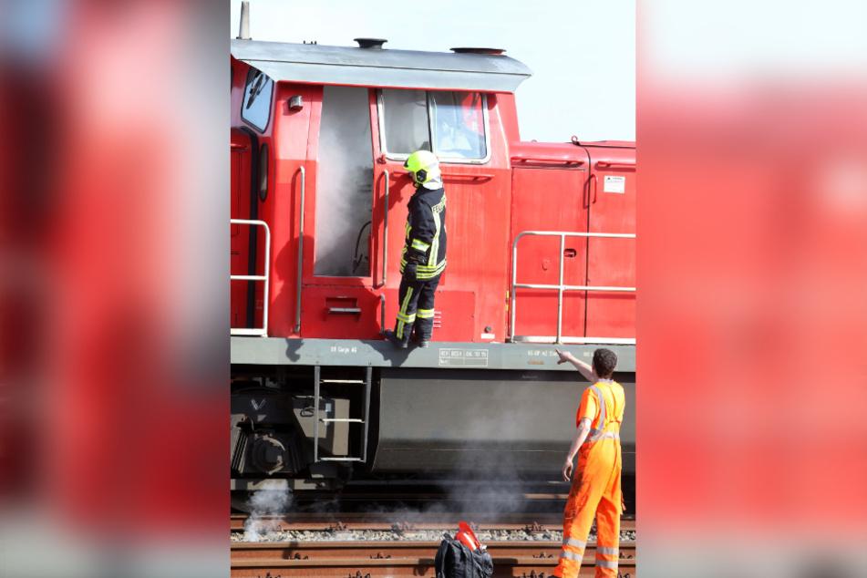 Auf dem Güterbahnhof entzündete der Täter Papier im Führerhaus einer Diesellok.