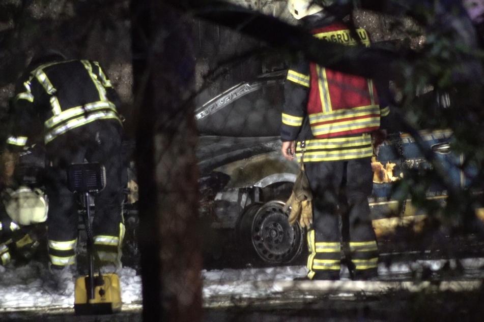 Gegen 23 Uhr dann ein weiterer Einsatz: Auf dem Gelände der Landesbeschaffungsstelle der Polizei am Lindenauer Hafen brannte ein Polizeiwagen.
