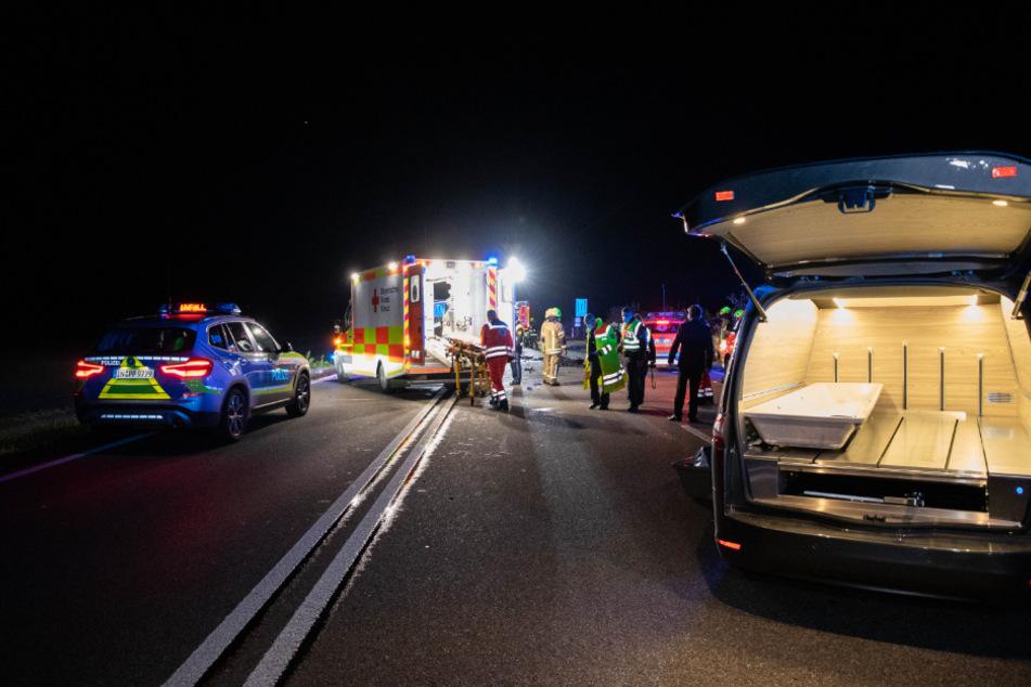 Zahlreiche Rettungskräfte und ein Leichenwagen stehen an der Unfallstelle auf der B300.