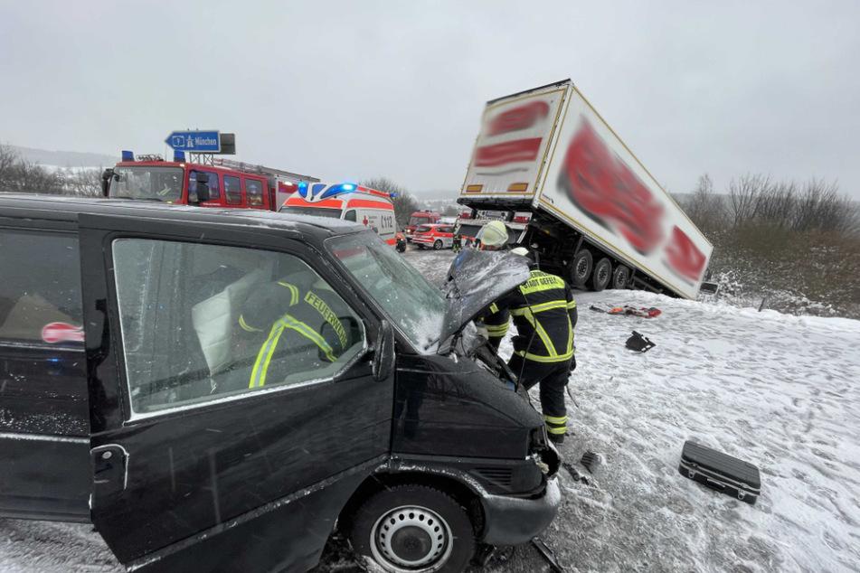 Der Lkw kollidierte mit einem VW-Transporter und rutschte in den Straßengraben.