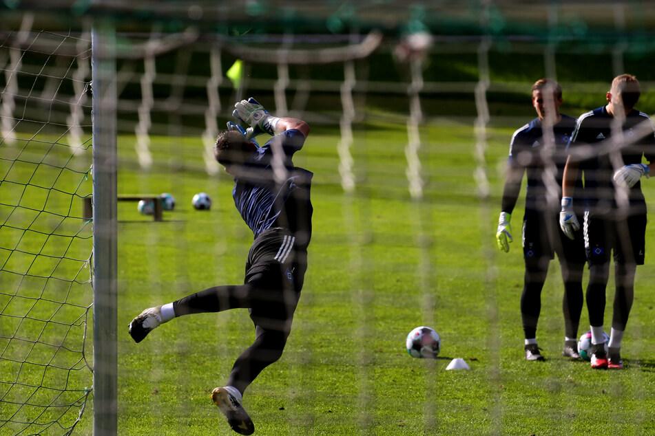 Torwart Daniel Heuer Fernandes (27) wehrt im Training den Ball ab.