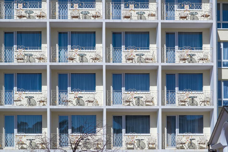 Leere Balkons am geschlossenen Strandhotel Rugard im Seebad Binz an der Ostseeküste.