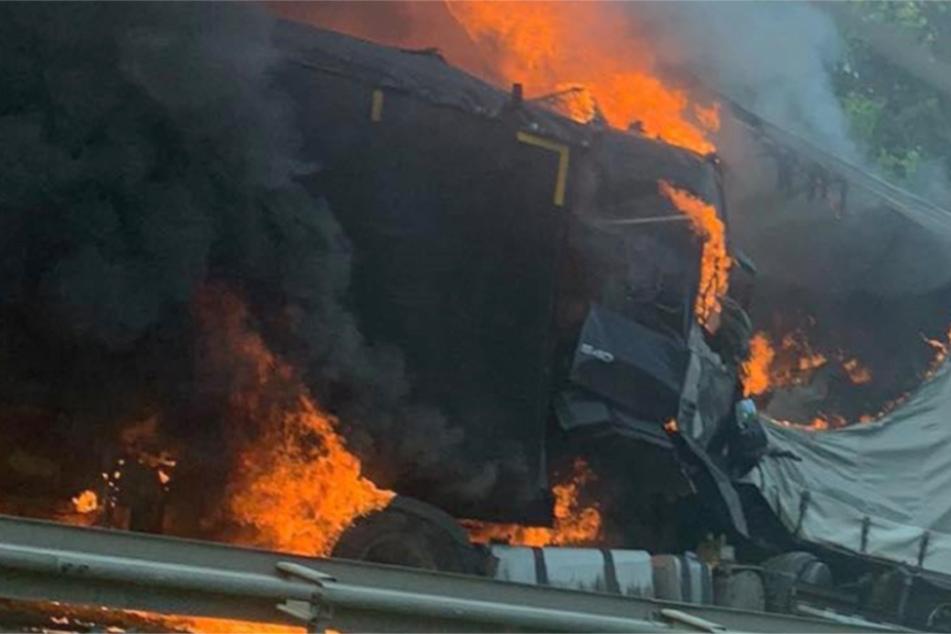 Lkw geht nach Unfall in Flammen auf: Ein Toter