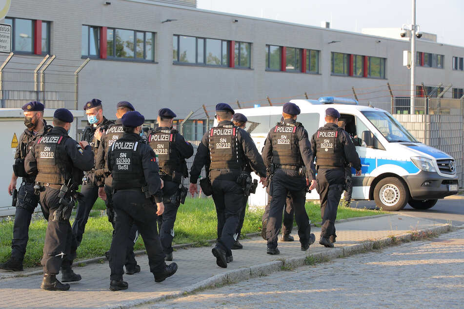 Die Polizei zeigt vor Ort starke Präsenz.