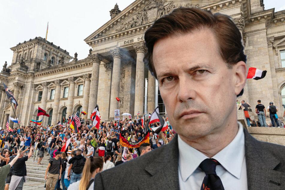 Regierungssprecher Steffen Seibert (60) äußerte sich zur Erstürmung der Reichstagstreppe durch Demonstranten. (Bildmontage)