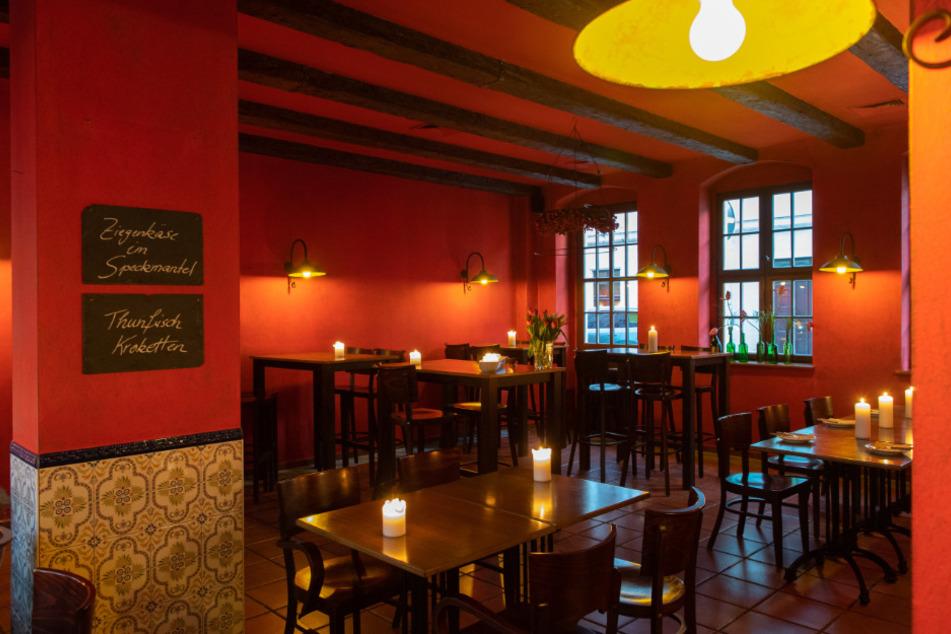 Menschenleer ist eine spanische Tapasbar am frühen Abend in Dresden. Im Kampf gegen die Ausbreitung des Coronavirus sollen von Donnerstag (19. März) Restaurants von 6.00 Uhr bis 18.00 Uhr geöffnet bleiben, es gelten aber besondere Hygienevorschriften.
