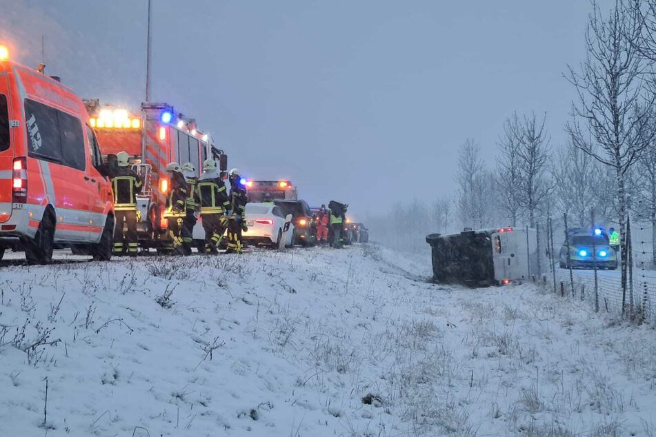 Einsatzkräfte kamen dem verunglückten Fahrer zur Hilfe.