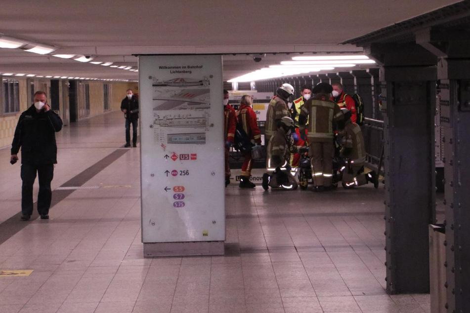 Frau tanzt auf den Gleisen, dann kommt die U-Bahn