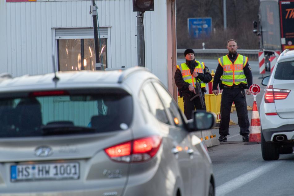 Bundespolizisten stehen an der mobilen Autobahn-Übergangsstelle und kontrollieren den Verkehr.