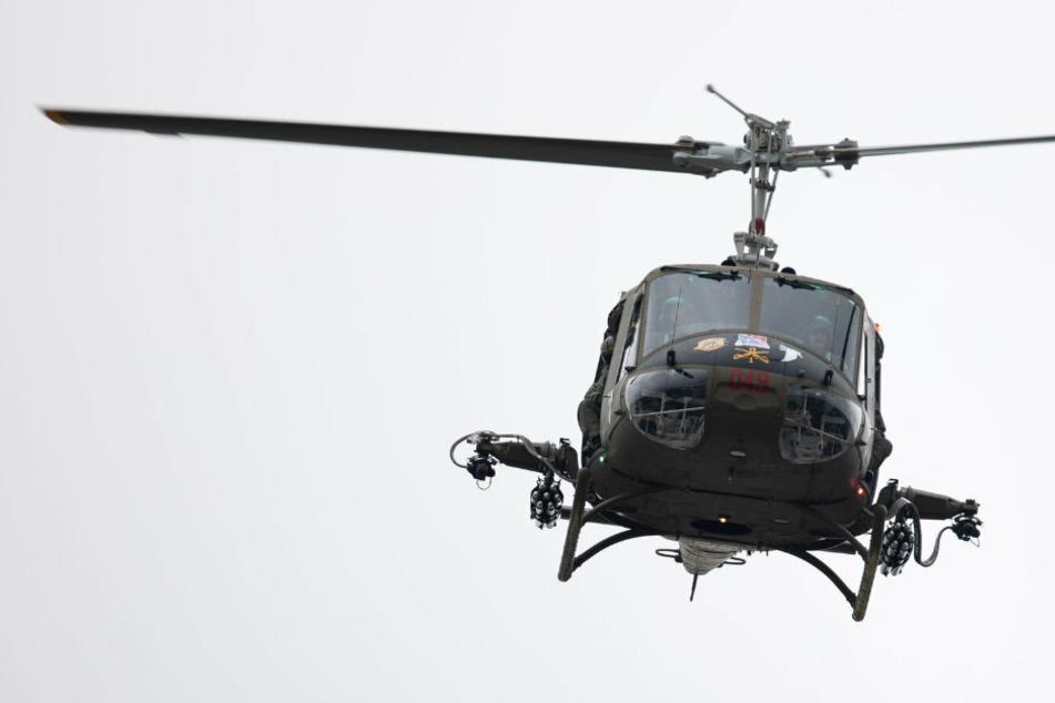 Ein Helikopter fliegt am Himmel (Symbolbild).