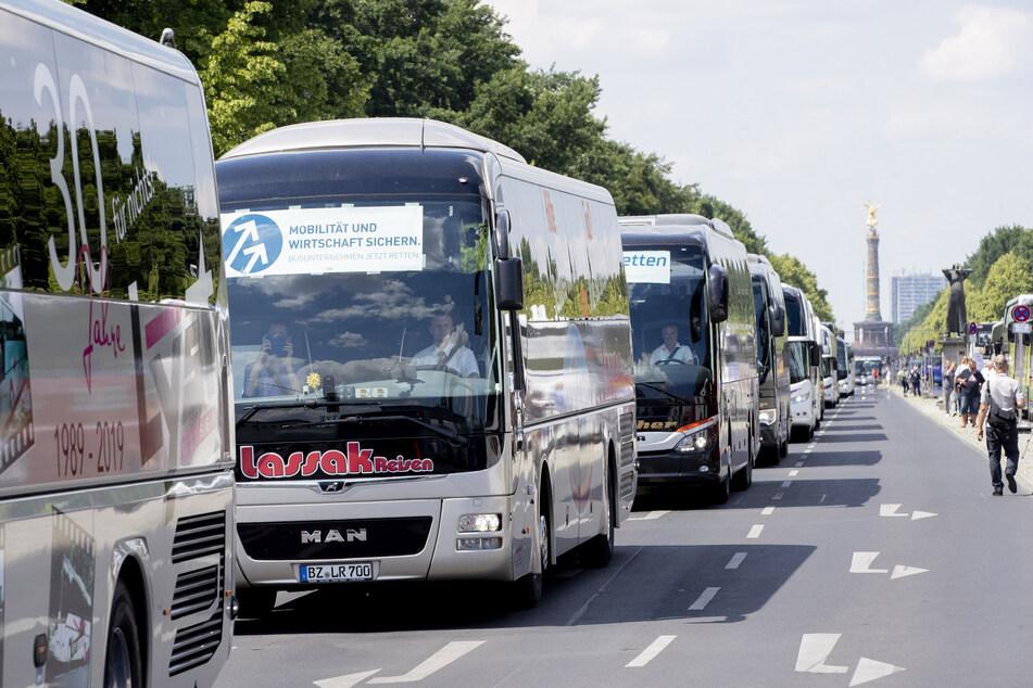 Reisebusse parken momentan häufig nur. Sie könnten als Schulbusse eingesetzt werden.