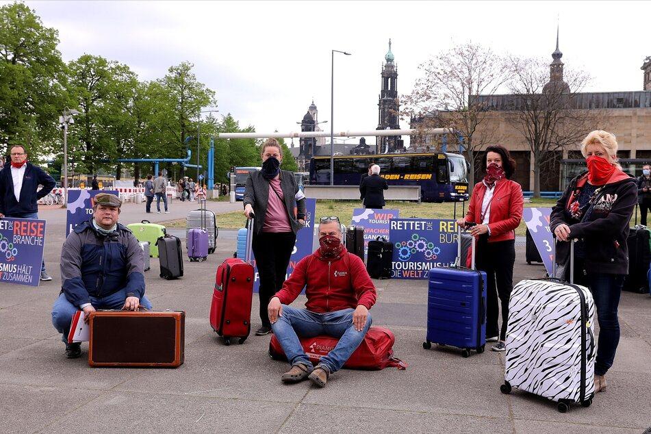 Vor dem Landtag protestieren Mitarbeiter der Tourismusbranche.