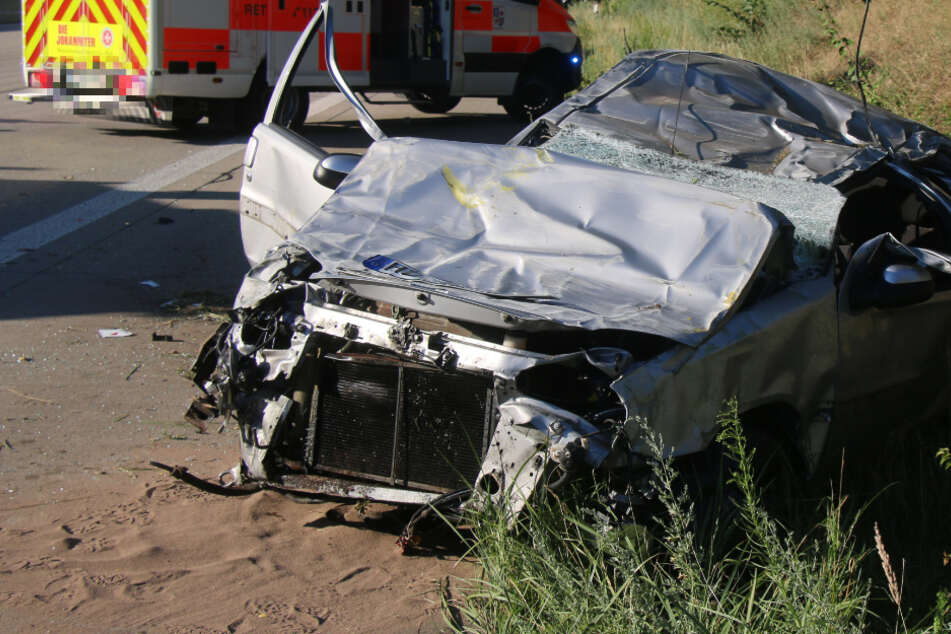 Horror-Unfall auf A6: Citroen überschlägt sich mehrmals und wird komplett zertrümmert